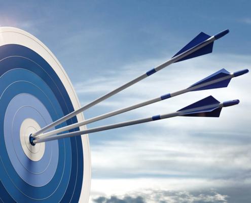 Zielsicherheit - Zielscheibe mit 3 Pfeilen in der Mitte
