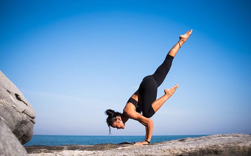 Frau macht Balanceübung